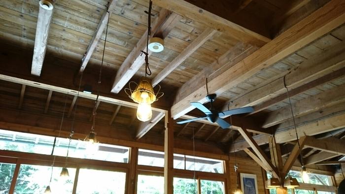 天井から吊り下がる照明も素敵です。大きなガラス窓に緑が映え、高原のリゾートのような雰囲気が味わえます。