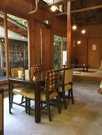 木の香りの漂う店内は明るく、開放的。奥には座敷席があるので、お子様連れにも嬉しいですね。