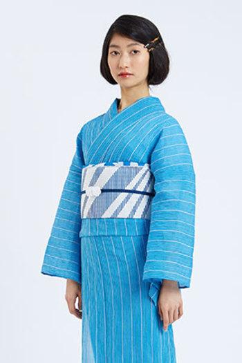 夏の青空のような澄んだブルーがとても印象的な一枚です。縦じまと、斜めの縞の帯と帯揚げ、大人らしく凛と着こなしたい素敵なコーディネートです。
