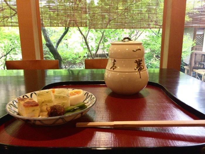 本館よりも少し気軽に楽しめる「瓢亭 別館」でいただく「朝がゆ」は、名物「瓢亭玉子」付きの八寸、和え物、酢の物、炊き合わせを入れた瓢箪型の三段重、汁物、出汁と醤油で調えた葛あんでいただく朝がゆがセットになっています。  朝がゆよりももっと古くからの名物とされている「瓢亭玉子」は、絶妙な半熟加減がちょうど良く、ゆで卵を食べる風習などがなかった時代に革新的な料理として広まり、幕末の書物「花洛名勝図会」にも、「瓢亭の半熟鶏卵が名物」と書かれるほど京都以外でも知られるようになりました。  とろりとした黄身と、ぷるんとした白身の絶妙なバランスをゆっくり味わいましょう。