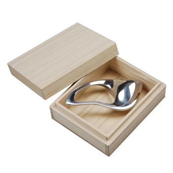 桐の箱に入ったとてもスタイリッシュなマッサージツール。アルミニウムは熱伝導率が高く、持っていると人肌になじんできます。プレゼントにも最適な、一生モノのマッサージ器です。