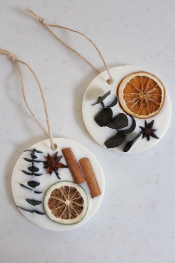 アロマワックスバーは、材料さえ揃えば手作りするのも簡単です。お気に入りの花材やオイルを用意して、好きな組み合わせを選んでみましょう。
