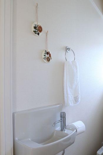 こうして完成したアロマワックスバーは、やっぱりお家の中のいつも使う場所に飾りたいもの。シンプルなお手洗いも、ナチュラルなアロマワックスバーを飾るとがらりと印象が変わりますね。ユーカリを使って作られたアロマワックスバーは爽やかな香りで、トイレや洗面台などの水回りの空間にもぴったりです。