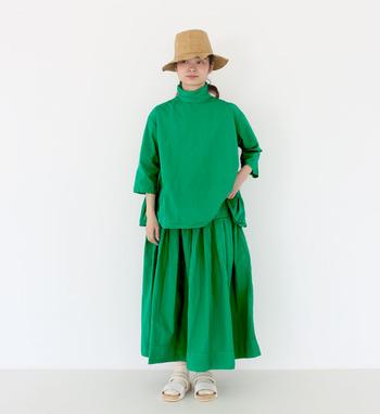 ハッと目を引く、鮮やかなグリーンのワントーンコーデ。ナチュラルカラーのベージュのハットと白のサンダルで落ち着いた印象に仕上げています。