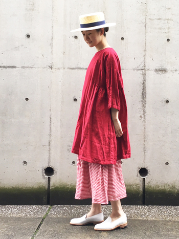 赤×ピンクの女子力を感じさせるコーデ。リラックス素材ながらも元気の出るグラデーションが素敵ですね♪