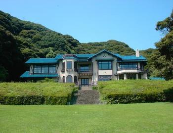 もともとは、加賀百万石の大名として知られている前田利家の系譜を引く旧前田侯爵家の鎌倉別邸として1890年頃に建てられました。明治43年(1910年)に館は火災により焼失し、現在の建物は1936年(昭和11年)に洋風に再建されました。