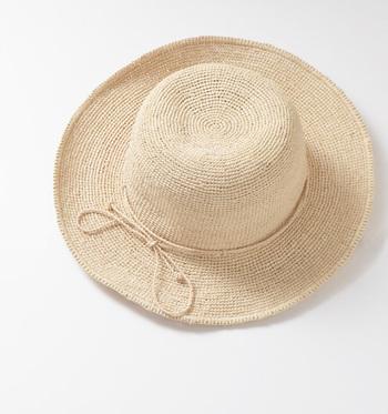 さりげない細めのリボンが大人っぽい印象。広めのツバは日焼け防止にもなるのでデイリーだけでなくリゾートなどにもおすすめです。