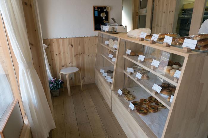 木の温もり感じられる店内。ケースには毎日約30種類以上のパンが並びます。対面式で販売しているので、お店の方と会話を楽しみながらパンを選ぶのも良いですね。