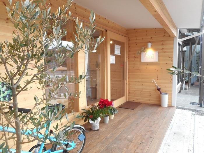 2基のコンテナを繋いで造った小さなお店。店先の水色の自転車が目印です。