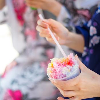 そして、氷室神社では2014年から「ひむろしらゆき祭」が開催されることになりました。かき氷を神様に奉納し、境内いっぱいにかき氷のお店が並ぶお祭りです。奈良県内の有名かき氷店が多く出典されることから、その味を求めて関西だけでなく関東からも多くの方が訪れるイベントになりました。