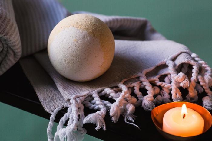 しゅわしゅわと溶けていく様子が楽しいバスボム。湯船にポンと入れたら、素敵な色や香りがお風呂に広がっていきます。