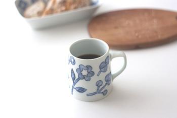 伝統的な和紙染めで作られた模様が描かれたマグカップ。ブルーの繊細な濃淡が手仕事の繊細さを感じます。下が広くなっているので安定感もバッチリです。持ち手も大きいので、本体に指が当たらず熱くないといった、日本人ならではの気配りも感じられる作品です。