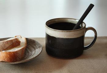 薄いグレーの釉薬が美しいカップ。焼き物の名産地である長崎の波佐見地区にある、人気の窯元・長十郎窯の作品です。どっしり大き目なので、飲み物だけでなく、スープマグとしても活躍してくれそう。柔らかな色合いが温かさを感じさせてくれる和モダンな一品です。