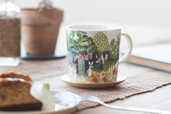 北欧のキャラクターといえば必ず名前があがる、ムーミンのカップ。「たのしいムーミン一家」の表紙原画をそのままデザインしたこちらは、フィンランド独立100周年記念で作られました。水彩画の淡くて優しいタッチに、手を伸ばす度に笑顔になれそうな魅力的なカップです。