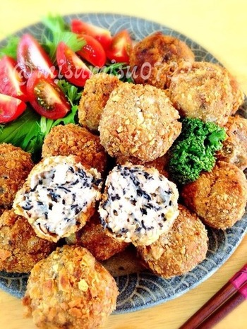 里芋の生地にたっぷりのひじき、鶏挽き肉を混ぜ込んだコロッケは栄養も満点。中に入れたクリームチーズが、味にコクを出してくれます。