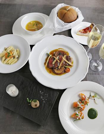 「神戸キュイジーヌ」というテーマのとおり、フレンチをベースに神戸ならではの洋食文化をミックスした料理は見た目も華やか!神戸牛や神戸ポークをはじめ、瀬戸内の魚介、西区の野菜など、地元の食材をふんだんに取り入れています。