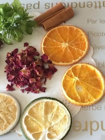 オレンジのドライフルーツやシナモンスティック、木の実も大変人気のあるパーツです。また、バラやラベンダーなどのポプリはそれ自体にも香りがありますので、アロマオイルとのブレンドも楽しめます。