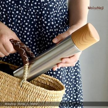 工業製品が持つ高い性能と、木工ろくろが持つ柔らかな木の風合いをが組み合わさった「MokuNeji(モクネジ)」シリーズ。 そんなモクネジが、古くから金属加工産業の盛んな新潟県燕市のステンレス魔法瓶メーカー「SUS gallery(サスギャラリー)」とコラボして製作した水筒です。