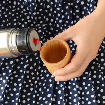 「けやき」の木のコップは、肌触りはもちろん、飲んだときの口当たりがなめらか。ほっと一息つけるティータイムを演出してくれます。