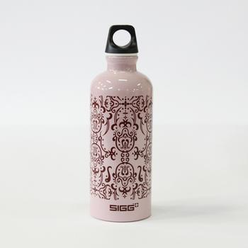 雄大な自然に囲まれたスイスで生まれた「SIGG」ボトル。1957年にトラベラーボトルの製造を開始して以来、現在に至るまでSIGGのアルミボトルは世界50ヶ国に輸出され、世界中の人に愛されています。