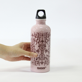 淡いピンクベースにオリエンタル模様が入ったボトルが登場。インドや中近東をイメージさせるミステリアスなデザインは、大人の女性にぴったりなボトルです。
