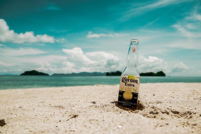 暑い夏がやってきます。じりじりと照りつける太陽の下、冷たい飲み物が飲みたくなりますね。汗をよくかく暑い季節には、脱水症状防止のためにもこまめに水分補給をしたいものです。  のどが渇くたびに飲み物を買っていては高くつきますし、ペットボトルや缶のごみを増やさないというエコの視点からも「マイボトル」が近年見直されています。持っているだけで気分が上がる、スタイリッシュで機能的な水筒をご紹介します。