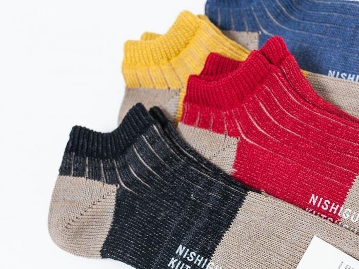 光沢とシャリ感のあるリネン生地と、まるでシルクのような風合いを持つコットンシルケット糸を使用。履き心地は、リネン生地の涼しげなシャリ感をもちつつも、コットンの柔らかさも兼ねそなえています。