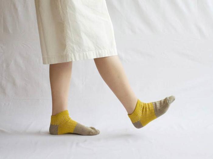 さりげない光沢感を感じる上品な生地感と、パンツなどを履く機会が多くなる夏の時期に、合わせやすいアンクルソックスとして使いやすいカラーを展開。脱げにくく、締め付けすぎない縫製へのこだわりや、素材の調整など、靴下ファクトリーならではのこだわりが詰まったソックスです。