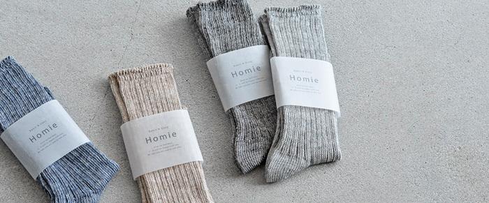 靴下の生産が盛んな奈良で 天然素材をメインに作らる「Homie」。ブランド名のHomieには「相棒」の意味があり、毎日を心地よく過ごす相棒としてベーシックで履き心地のいいソックスを提供したいという想いが込められています。