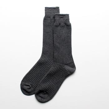 細くしなやかな綿糸を表糸に100%使った生地でできているコットンサーマルクルーソックス。でこぼこのあるワッフル生地はふっくらとした肌ざわりが特徴です。