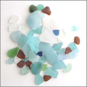 半透明の質感も素敵なシーグラスは、青や白、緑などの涼しげな色がなんとも爽やか。シェルと組み合わせればまさに海のイメージを作り上げてくれます。