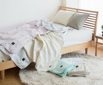 柔らかで、使い込むほどに肌に馴染んでくれる、優しさあふれる『ガーゼ』。ガーゼを5枚重ねたこちらのブランケットは、さらりとしているのに温もりがあり、寝冷えをしっかりと防いでくれます。