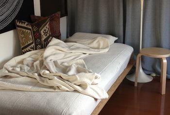 手紡ぎでゆっくりと作られた、優しい風合いのシーツブランケット。柔らかく軽い、こんなブランケットに癒されながらぐっすりとした眠りを…。
