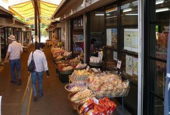 入り口前に連なる仲見世は、茨城の名産品なども扱うお土産屋さん。実は農地の割合が日本一の茨城県、干し芋、梅、納豆以外にもレンコンやかぼちゃの名産地も近いんです。大地の恵をぜひご賞味ください。