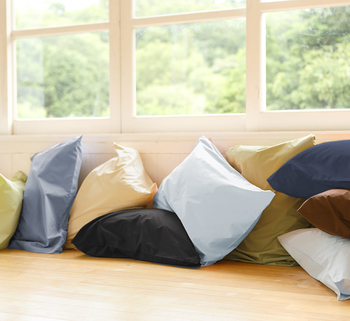 コットン100%の柔らかな枕カバー。豊富なカラーは、全部で10色もあるので、ベッドルームのインテリアに合わせて選ぶことができますね。