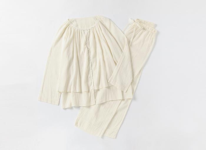 こちらのパジャマは、細かいギャザーが女性らしい雰囲気。トップスが透けないように二重になっているなど、嬉しい工夫がいっぱい。生地はオーガニックコットン100%なので、お肌にも安心です♪