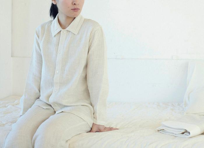 表側にはリネン素材、そして内側にはオーガニックコットンがあしらわれた、シンプルなナチュラルグレーのパジャマ。背面部分にはガーゼの当て布があしらわれ、汗を吸い取ってくれます。細部にまで快眠へのこだわりが詰まっています。