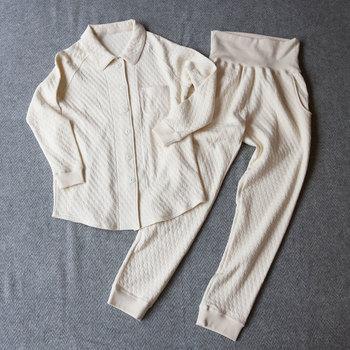 ぷくぷくとした丸い柄がかわいらしい、オーガニックコットンのパジャマです。生地の間に中綿が入っているので、安心感のあるふっくらとした肌触りです。