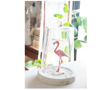 こちらはなんとDIYで造られたガラスドーム。薄ガラスにビー玉を合わせてガラスドームにするアイデアです。台座に使っているアイテムはアイスクリームの蓋をリメイクしたものだとか。