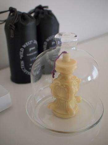 こちらもキャンドルにガラスドームを被せたインテリアです。そのままディスプレイしてもかわいいですが、ガラスドームを合わせることでより愛おしい特別なアイテムになりますね。