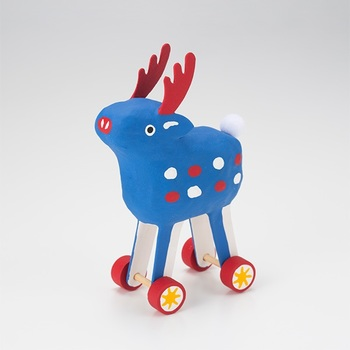 奈良に存在した郷土玩具「鹿車」を現代風にアレンジした玩具です。愛らしい表情の鹿の足元はタイヤになっています。色違いで白や黄色などもあり、お部屋の雰囲気や好みで選んで。