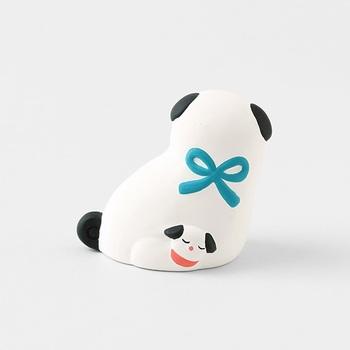 後ろにもスヤスヤと眠る子犬の姿が。愛情あふれる可愛らしい玩具ですね。