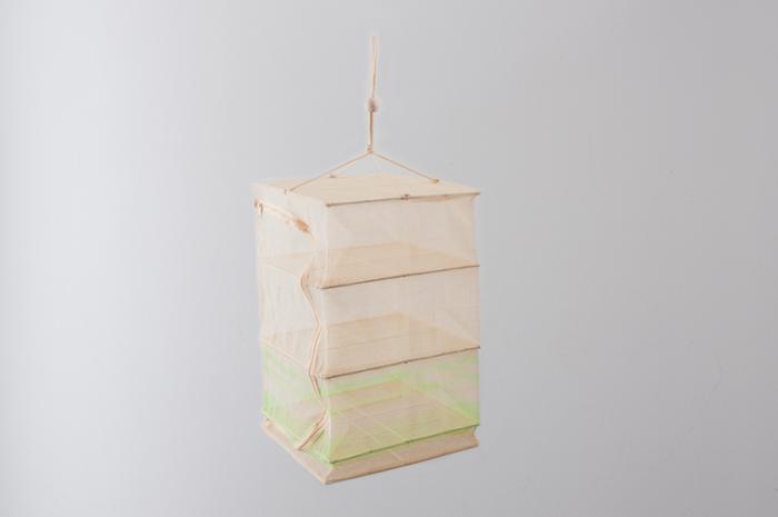 「つきじ 常陸屋」の干しかごは、日本製の漁でつかう網から作られているので、強度や耐久性もバッチリ。さらに、扇状に縫い付けられたファスナーのおかげで、ざるや食材が出し入れしやすく使い勝手も◎。