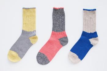 ベーシックなツートンの他にピンクやイエローの組み合わせも。ざっくり編みで柔らかいから、足を締め付けません。夏の他に冬の重ねばきなどにも使えて、一年中活躍してくれます。
