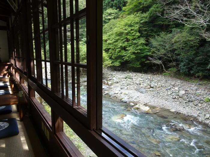 高山寺裏参道、駐車場近くにある食事処「とが乃茶屋」。清滝川に面した座敷では、栂尾の豊かな緑、清流を眺めながら、食事が頂けます。
