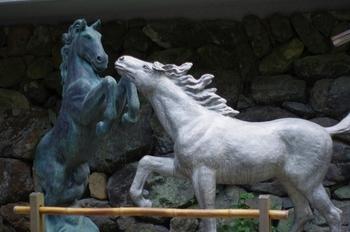 """「本宮」の前には2体の馬の像があります。実は、貴船神社は""""絵馬発祥の社""""。  「雨乞い」の時には「黒馬」を、「雨止み」を祈願する時には「白馬」を神に捧げていたところ、代わりに「木の板に描いた馬」を奉納するようになったのが「絵馬」の発祥だといわれています。"""