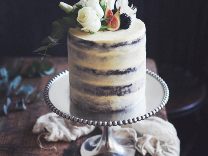 ナッペとネイキッドのテクニックを使って、シック&大人なケーキに。慣れたら、ぜひトライして♪