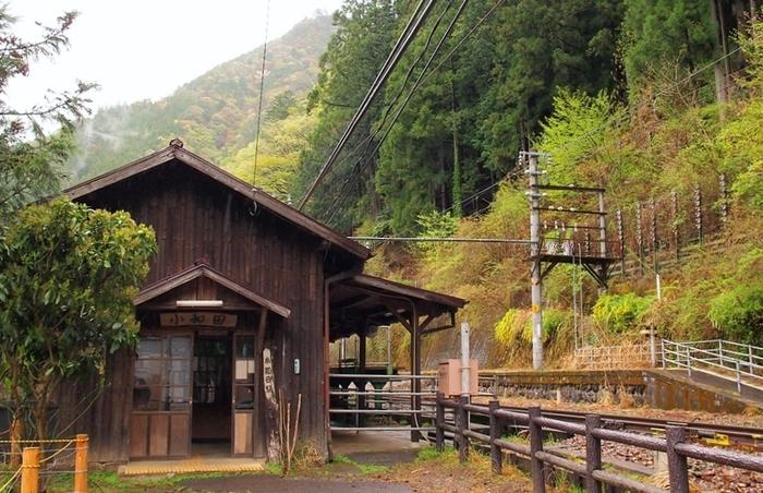 愛知県豊橋駅と、長野県辰野駅を結ぶ飯田線沿線にある小和田駅は、1936年に開業された無人駅です。