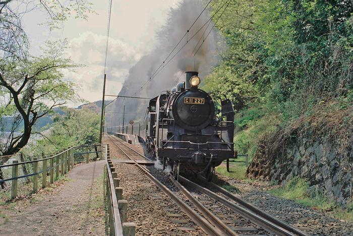 神尾駅は、駅開業から約90年の時を経た今でも、開業当初から変わらない面影を残しています。1面2線の小さなホームには蒸気機関車が乗り入れる瞬間は、神尾駅が開業された90年前にタイムスリップしたかのような気分を覚えます。