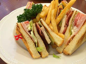 3枚のパンをトーストして重ね、ターキーやベーコン、レタス、トマトなどをはさんだサンドイッチ。分厚いので、楊枝でとめられているのが特徴です。ターキーの代わりに、ローストビーフやローストチキンなども使われます。